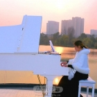 夕阳下的钢琴