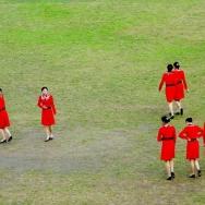 草坪上的红衣...